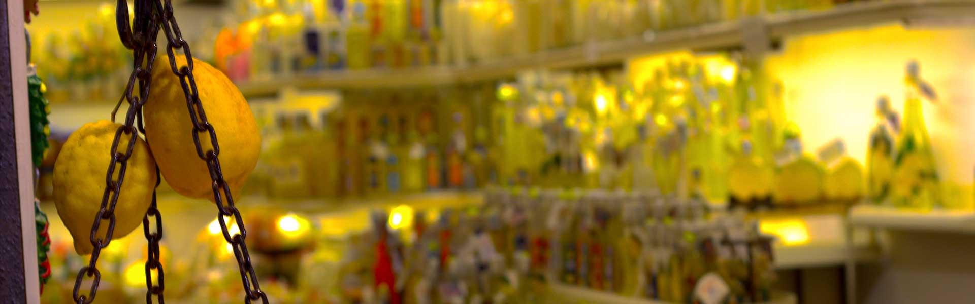 Il limoncello è un liquore dolce e digestivo apprezzato in tutto il mondo.