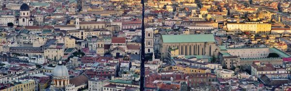 Spaccanapoli è il nome con cui volgarmente i napoletani indicano una delle principali vie cittadine