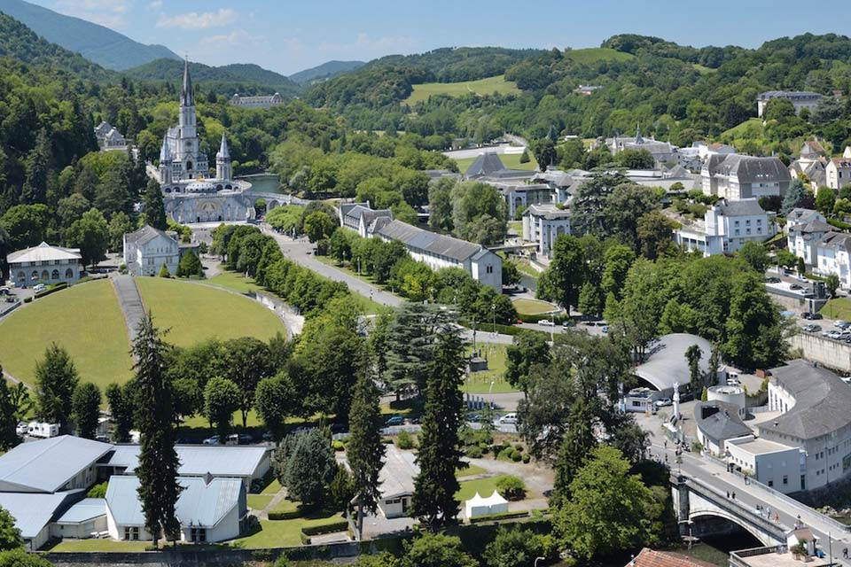 acquista uno dei voli napoli Lourdes e vola dall'aeroporto di napoli capodichino