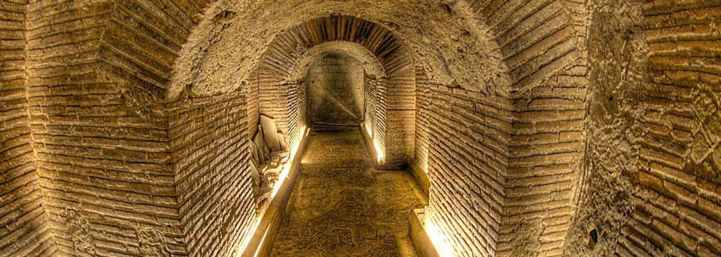 Napoli Sotterraneaè un labirinto di gallerie e cunicoli sotterranei che attraversano le viscere della città.Il percorso riserva emozioni davvero uniche